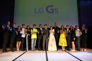 LG Mobile Product Manager Faith Mjiares (right), LGEPH Managing Director Mr. Sung Woo Nam (8th from left), LGEPH Mobile VP Mr. Jay Won (6th from right) with LG Mobile Communications Asia VP Woosang Ahn, as well as speakers for the night fast-rising YouTube vlogger Wil Dasovich (4th from left), Regional Head for South East Asia Qualcomm Mantosh Malholtra (7th from left), celebrity power couple Cheska and Doug Kramer (9th and 10th from left), DJ Jess Milner (3rd from right), and established lifestyle blogger Chuckie Dreyfuss (2nd from right) were joined onstage by renowned personalities. (L-R): Azkals football superstars Phil and James Younghusband, actress and MYX VJ Sharlene San Pedro, TV host, singer, and actress Aubrey Miles, and TV personality and lifestyle blogger Marie Lozano.