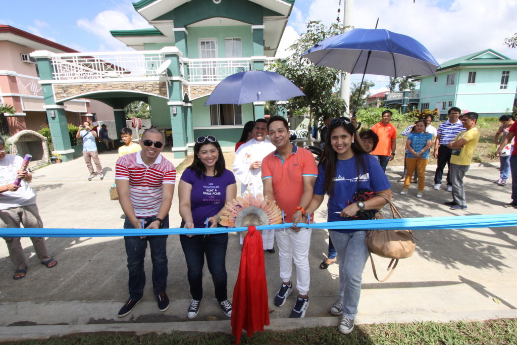 Lambert de Castro (Sales Training Head), Myla Miranda-Cammayo (Marketing and Corporate Communications Head), Jurie Roa (In-house Brokers Network Head), and Grace Parentela (General Brokers Network Head) cuts the symbolic ribbon